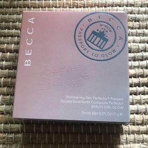 BECCA Makeup - Becca Berlin Girl Glow Highlighting Powder